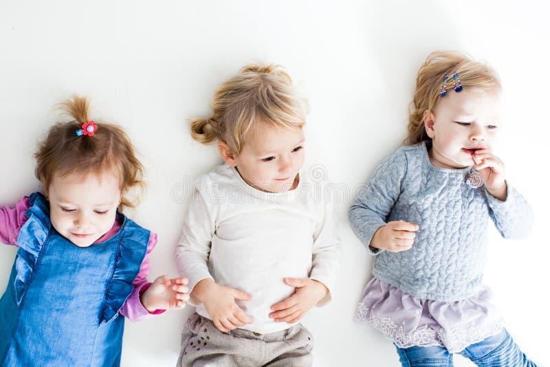 Manhã maravilhosa para três irmãs imagem de stock