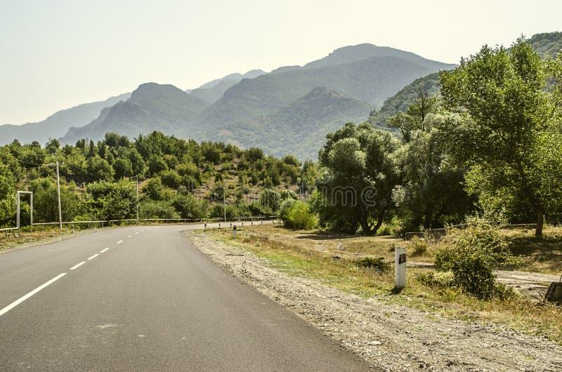 Manhã na estrada nas montanhas perto da estância turística de Dilijan imagens de stock