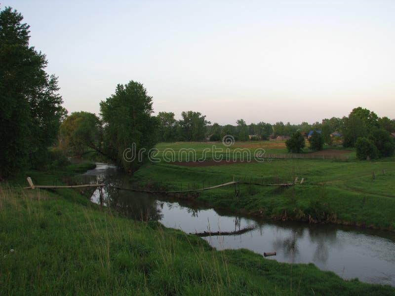 Manhã na ponte sobre um rio pequeno imagem de stock royalty free