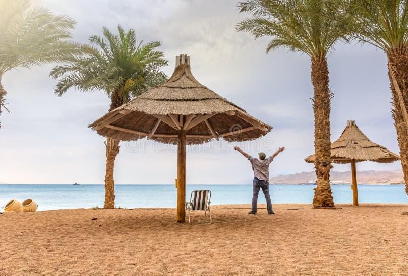 Manhã na praia dourada em Eilat - estância citadina famosa em Israel imagem de stock
