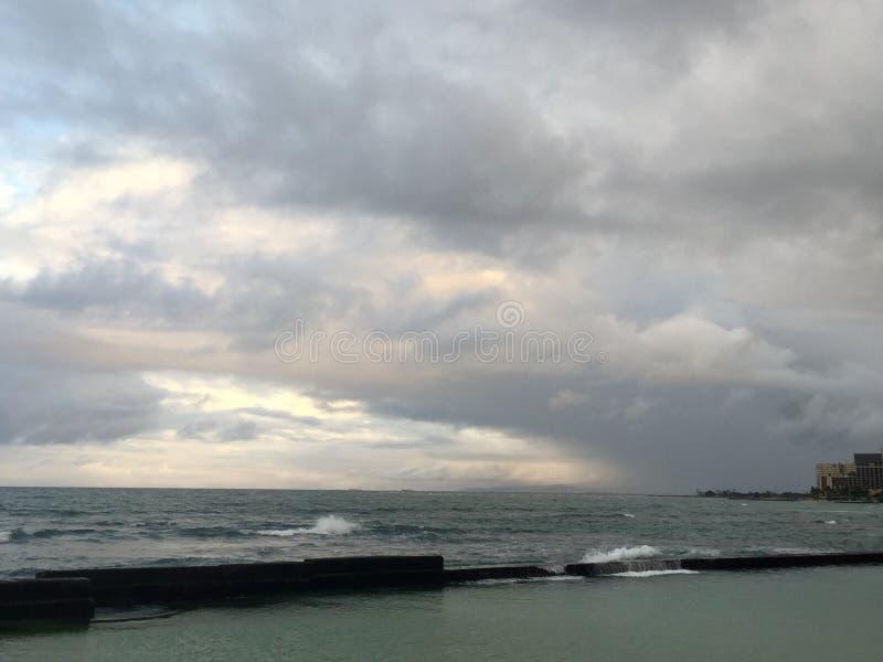 Manhã nebulosa bonita em Waikiki foto de stock royalty free