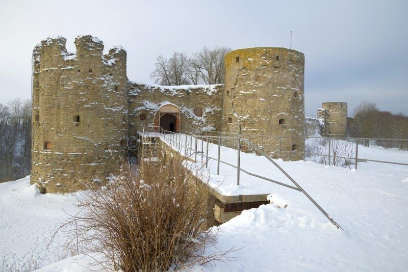 Manhã nebulosa de fevereiro na fortaleza de Koporye Região de Leninegrado, Rússia imagem de stock royalty free