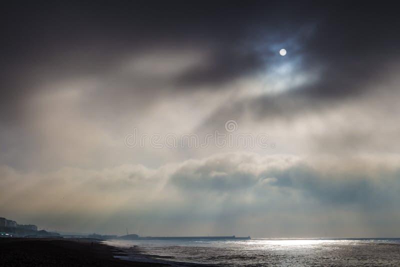 Manhã nebulosa fria em Brigghton, Reino Unido, Inglaterra imagem de stock
