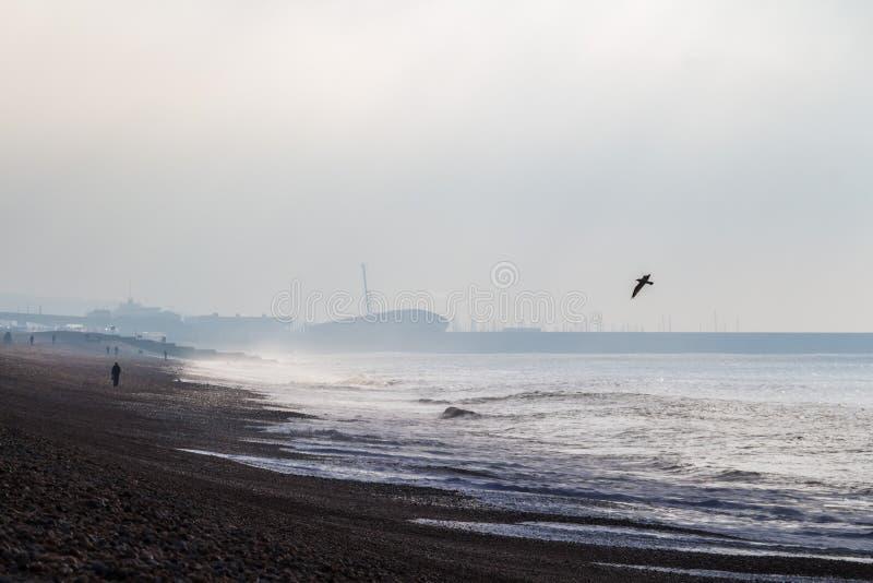 Manhã nebulosa fria no mar de Brigghton, Reino Unido imagens de stock