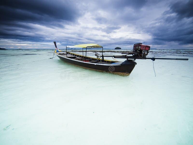 Manhã nebulosa no console de Lipe do Koh. Tailândia imagens de stock royalty free