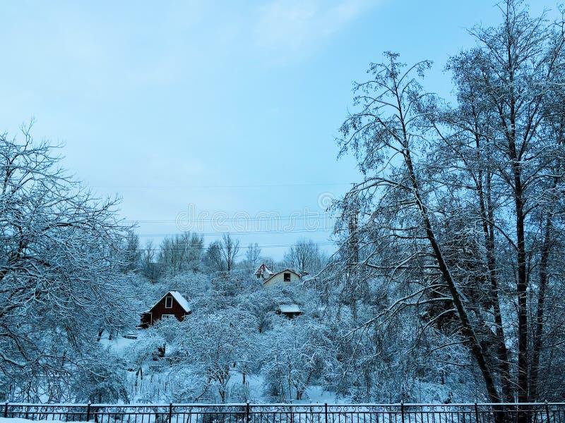 Manhã nevado gelado do inverno na vila do russo fotos de stock