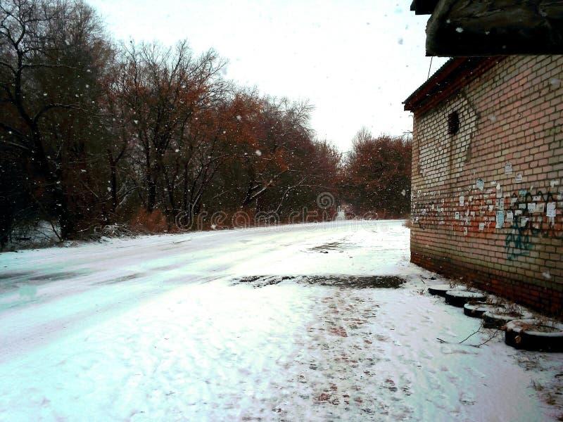 Manhã nevado na maneira à faculdade fotografia de stock royalty free