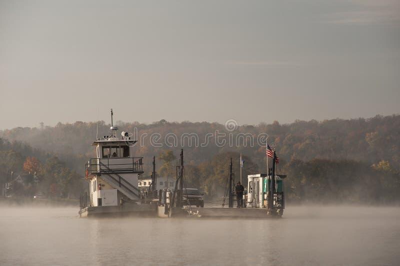 Manhã nevoenta - Augusta Ferry - o Rio Ohio - Ohio & Augusta, Kentucky fotografia de stock royalty free