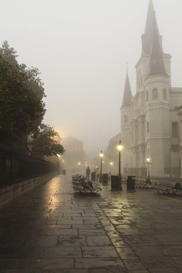 Manhã nevoenta do bairro francês foto de stock