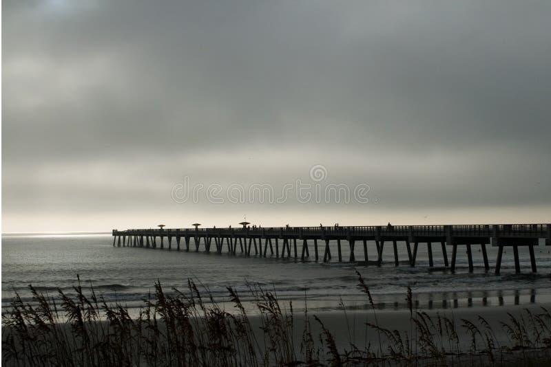 Manhã nevoenta na praia foto de stock