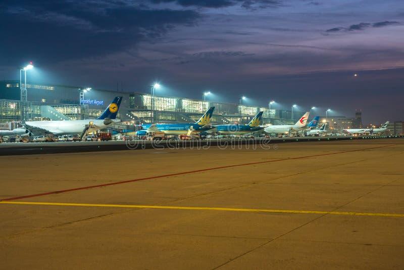 Manhã ocupada no aeroporto de Francoforte fotos de stock