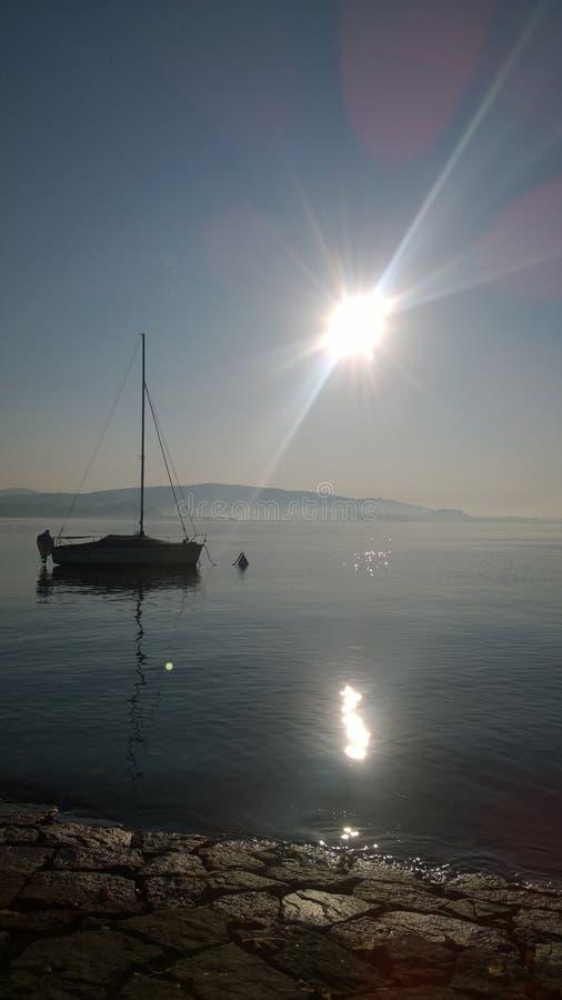 Manhã perto do lago imagens de stock