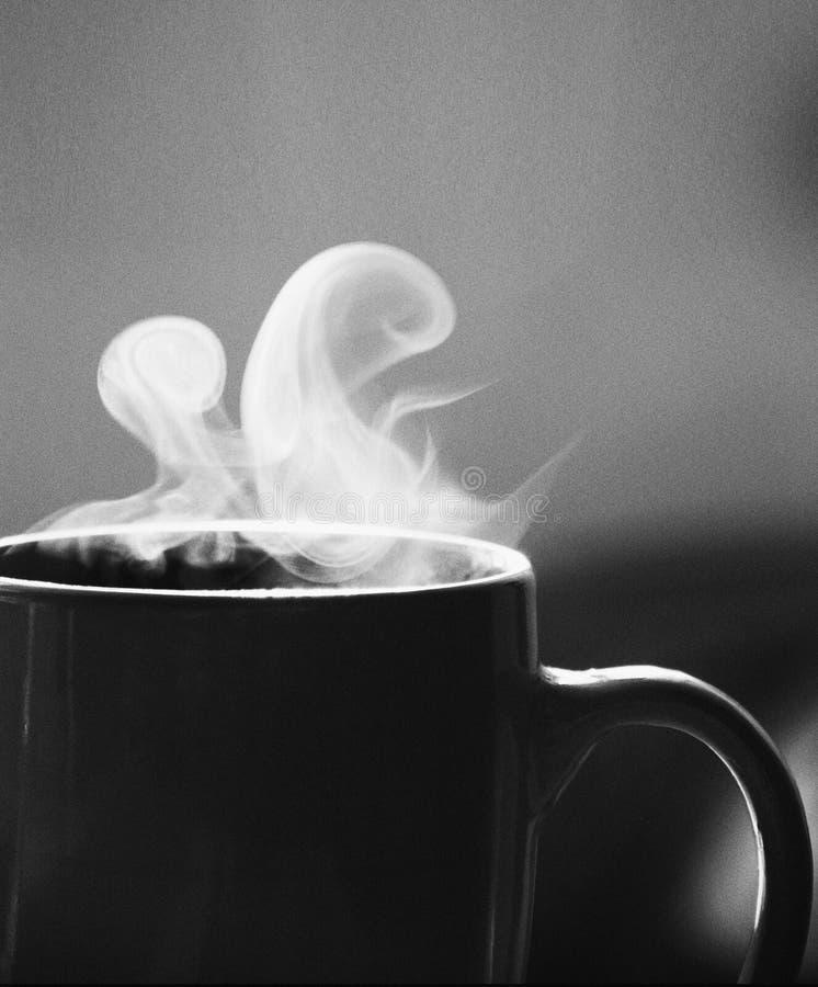 Manhã preta do vapor do copo de café branco boa imagens de stock