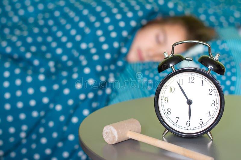 Manhã que acorda o problema com o despertador e o martelo imagem de stock