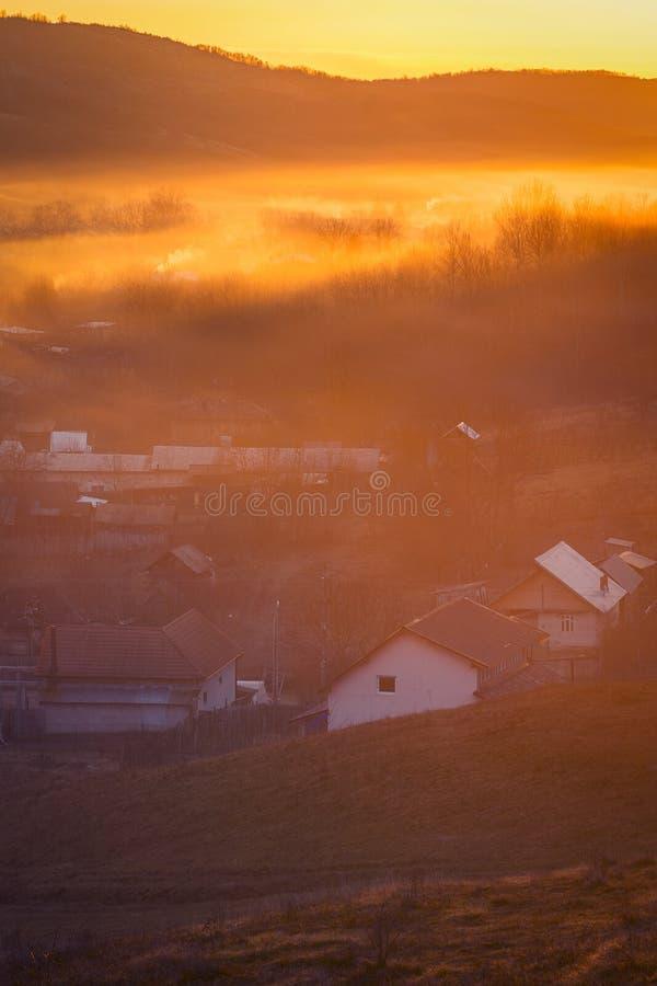 Manhã rural bonita com névoa colorida dos agains do nascer do sol imagem de stock