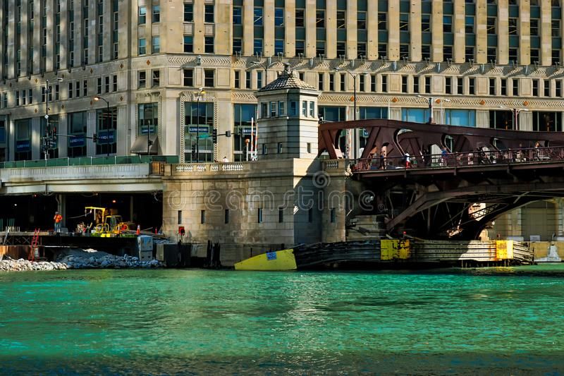 Manhã sobre o Chicago River com vista da ponte da rua de Wells fotografia de stock royalty free