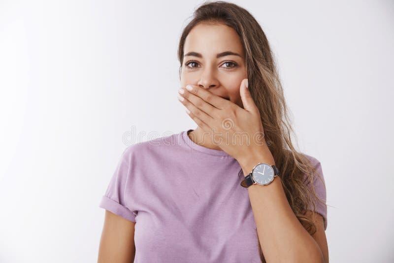 Manhã sonolento de bocejo de sorriso de cora bonito encantador do sentimento da boca da tampa do colega de trabalho fêmea caucasi fotografia de stock