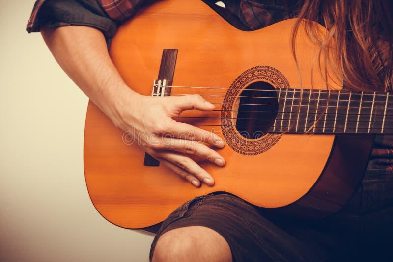 Manhänder med gitarren arkivbild