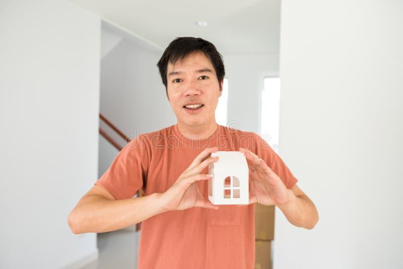 manhållåtlöje upp hem i nytt hus royaltyfri foto