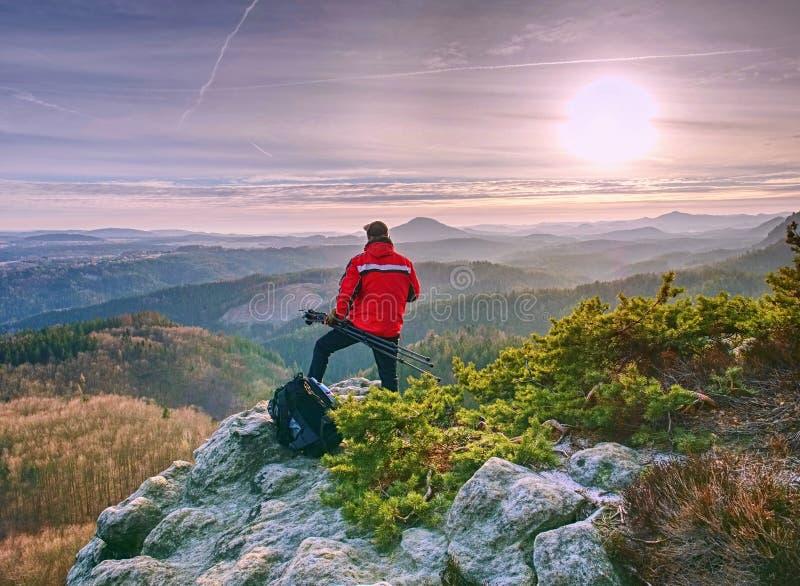Manhålltripod Fotvandrare som beundrar bedöva bergskedja arkivbilder