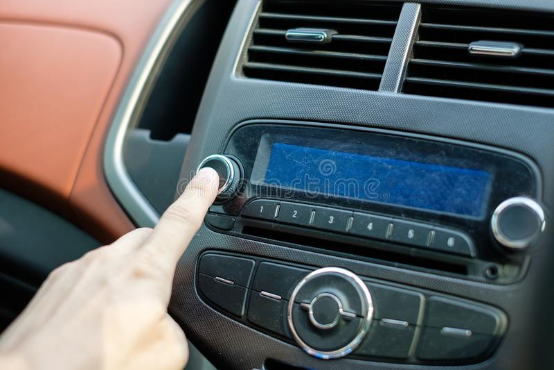 Manhand som justerar ljudsignal för pressknappbil royaltyfri foto