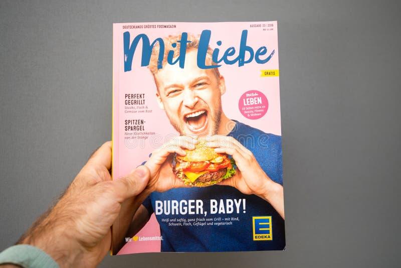 Manhand som rymmer för mattidning för Mit Liebe Edeka tidskriften fotografering för bildbyråer
