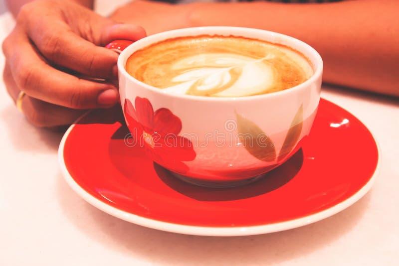 Manhand som rymmer kaffekoppen lycklig morgon Förnyande livsstil royaltyfria foton
