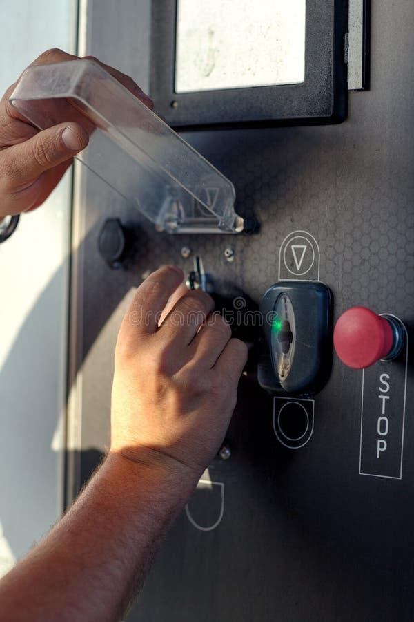 Manhand som rymmer myntpengar i en vashing maskin för bil till vash t royaltyfri bild