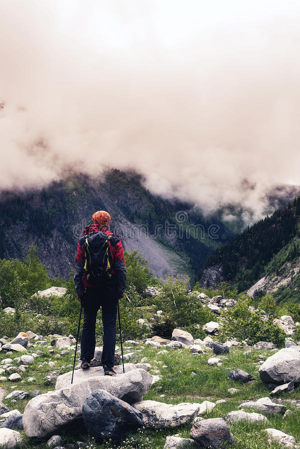 Manhandelsresanden står i bergklyftan fotografering för bildbyråer