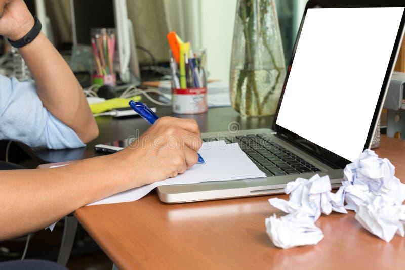 Manhandstil på skrivbordsarbete med skrynklig legitimationshandlingar klumpa ihop sig på skrivbordet av M arkivbild
