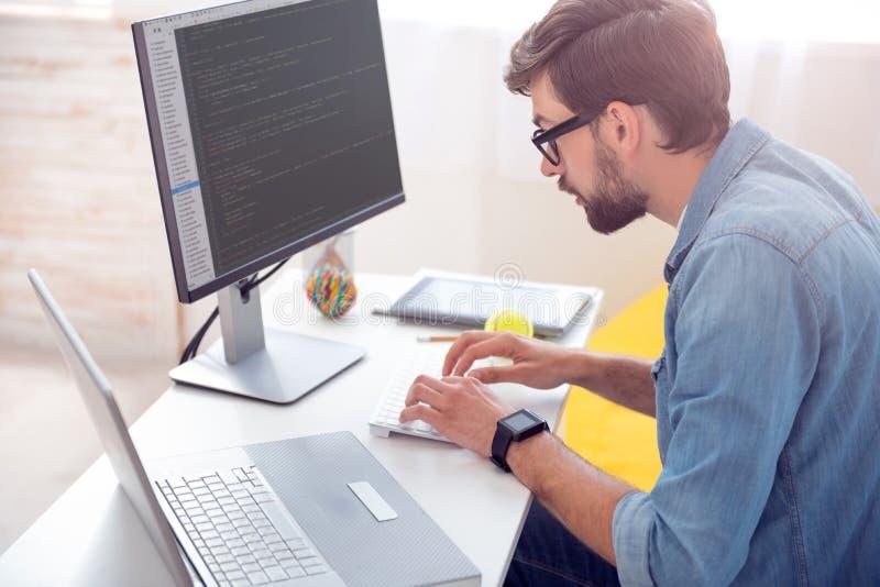 Manhandstilkoder på datoren arkivbild