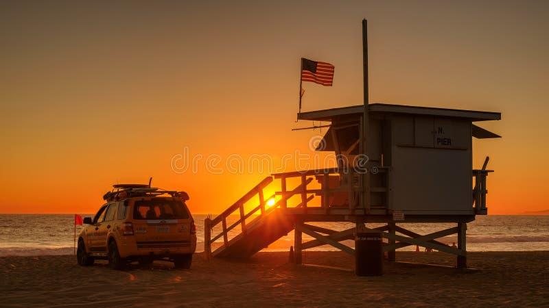 MANHATTAN BEACH, ETATS-UNIS - 27 MARS 2015 : Tour de maître nageur au coucher du soleil orange le 27 mars 2015 dans Manhattan Bea photographie stock