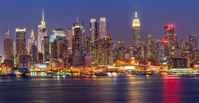Manhattan bij nacht stock afbeelding