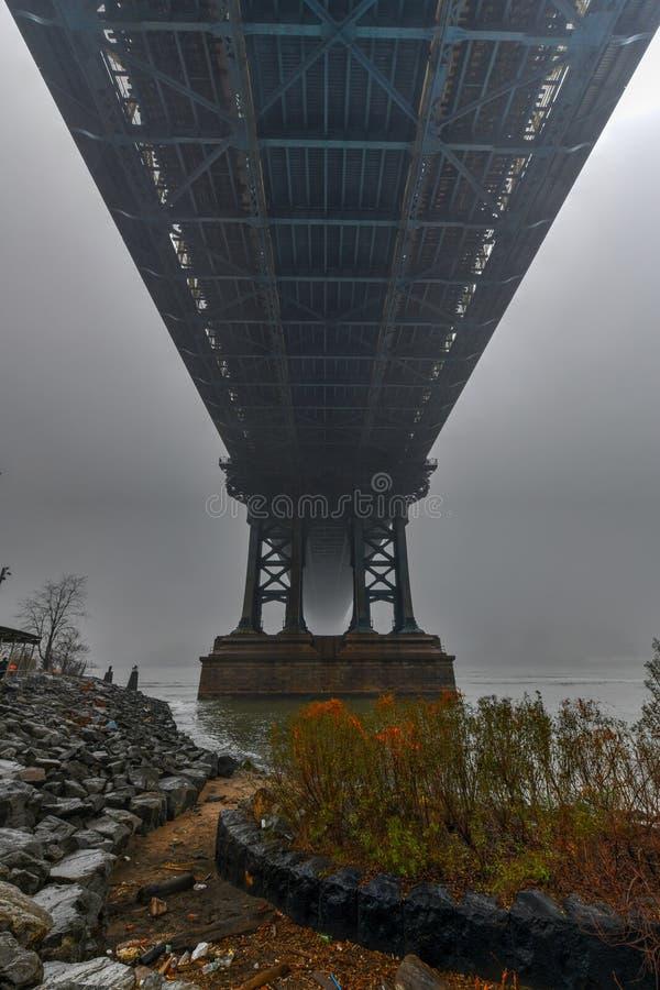 Manhattan Bridge in Fog lizenzfreies stockfoto