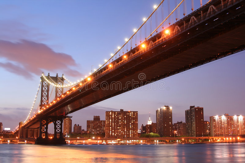 Manhattan bridge noc obraz stock