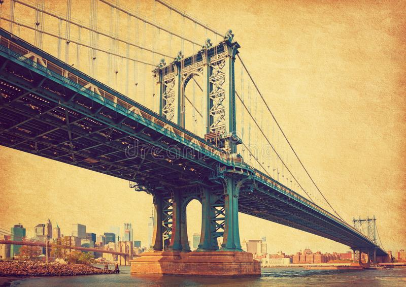 Manhattan Bridge, Nowy Jork, Stany Zjednoczone. W tle Manhattan i Brooklyn Bridge. Fotografia w stylu retro. Dodano obraz royalty free