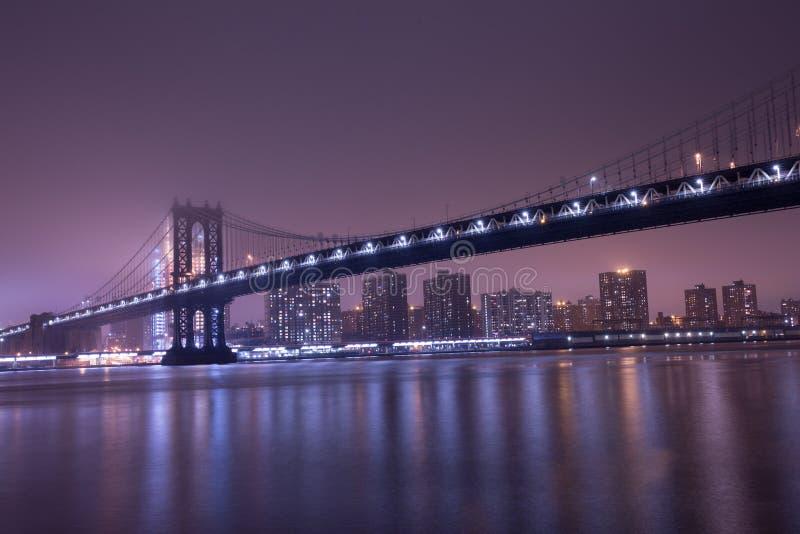 Manhattan bro på den dimmiga natten arkivbilder