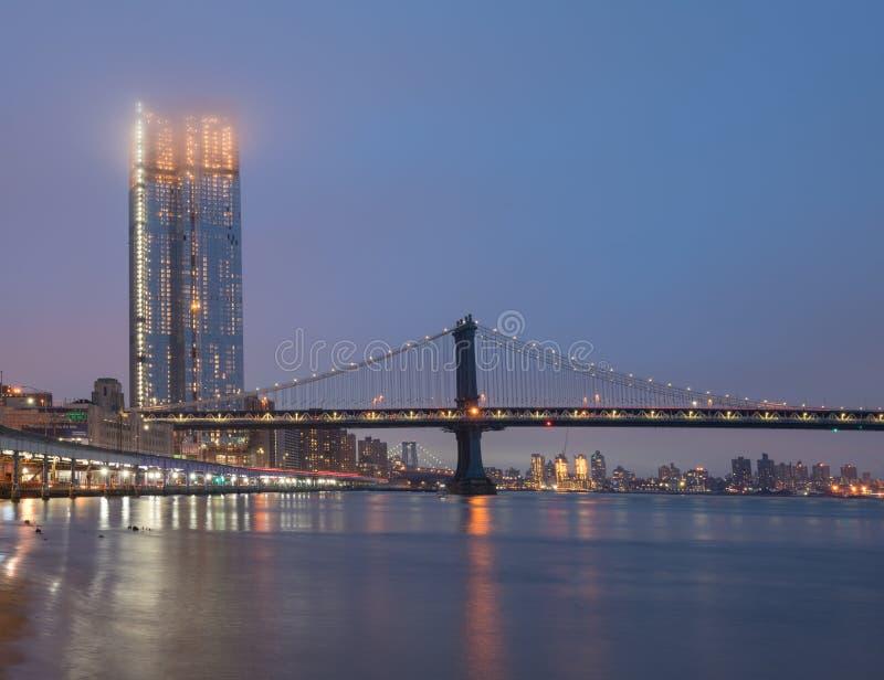 Manhattan bro på dimmig afton royaltyfria bilder