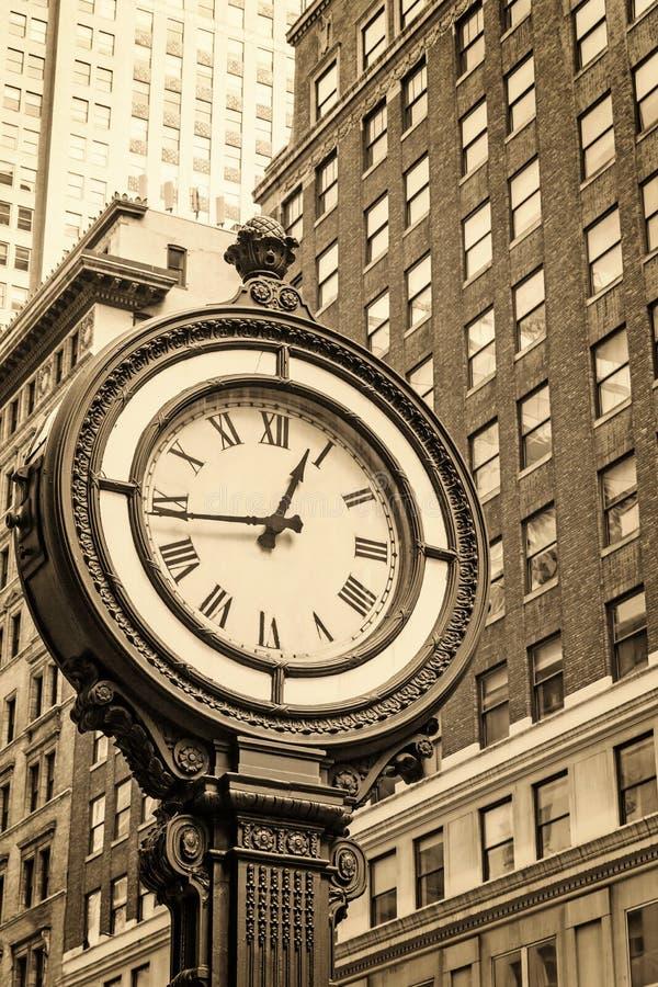 Manhattan chodniczka zegar przy 5th aleją w Miasto Nowy Jork usa zdjęcie royalty free