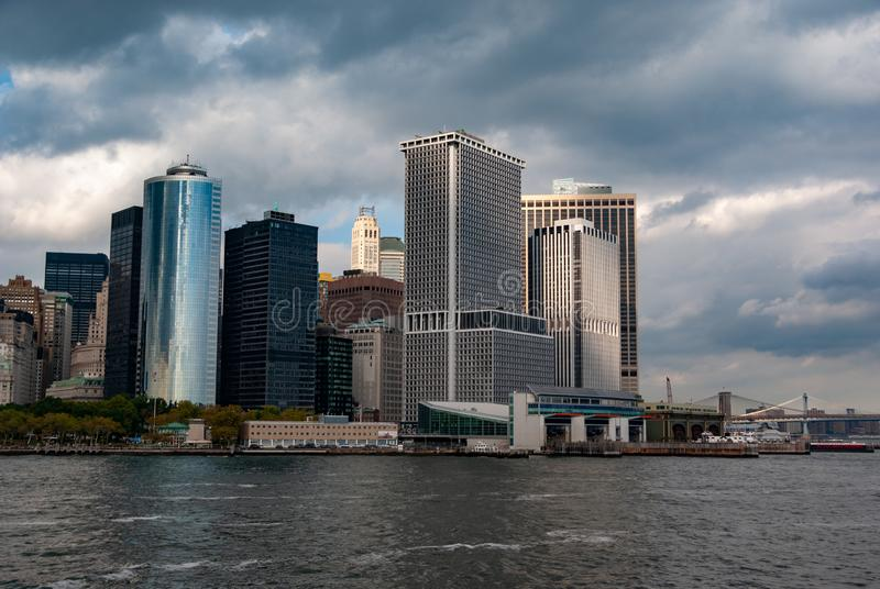 Manhattan como visto de Staten Island Ferry - ponta do sudeste - na cor imagem de stock royalty free