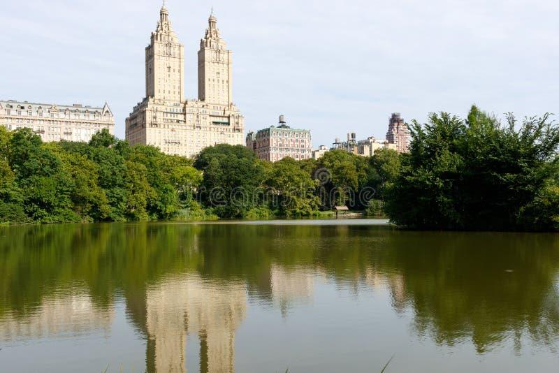 Manhattan, construções superiores do lado oeste e lago fotos de stock royalty free