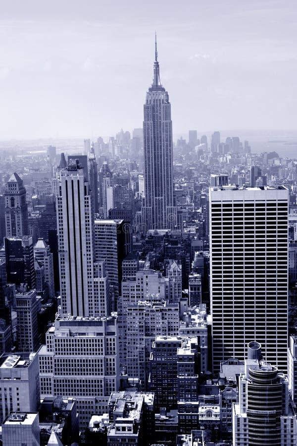 Manhattan dans le bleu image stock