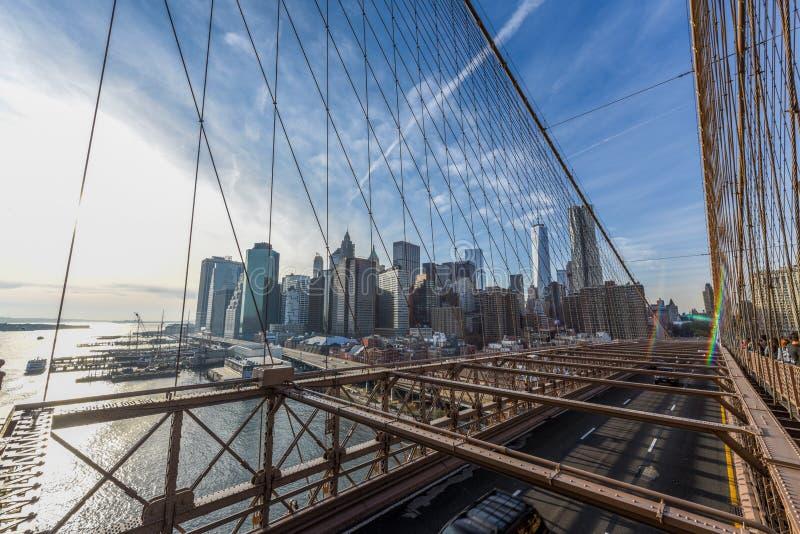 Manhattan du centre au coucher du soleil du pont de Brooklyn image stock