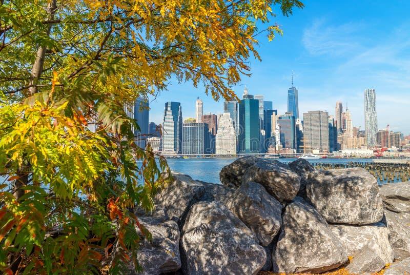 Manhattan du centre comme vu du parc de pont de Brooklyn, NYC photos libres de droits