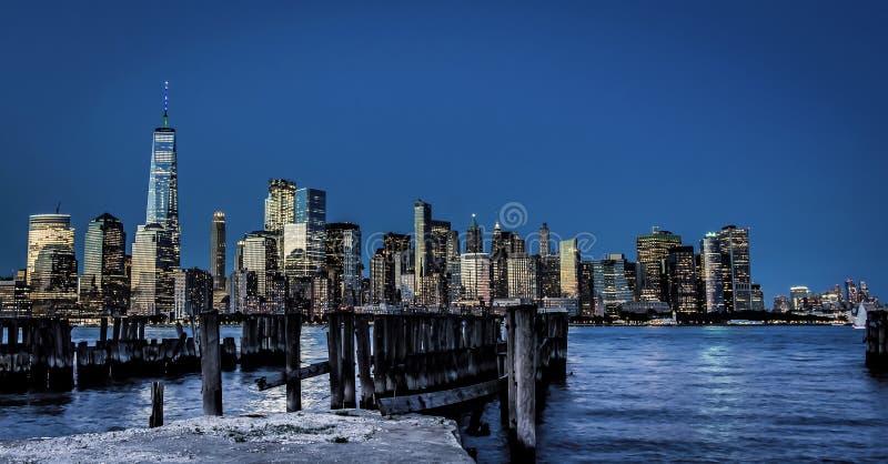 Manhattan du centre en heure bleue photos stock