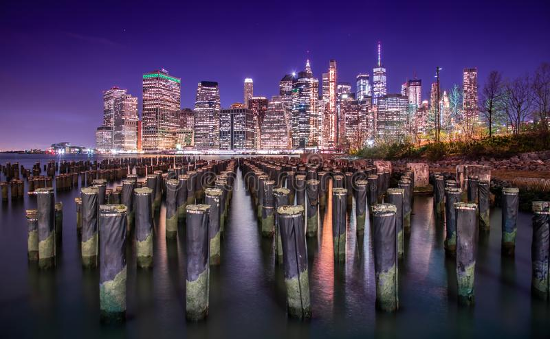 Manhattan en zijn horizon bij nacht royalty-vrije stock fotografie