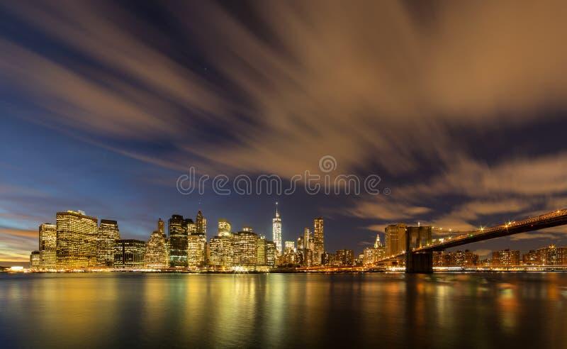 Manhattan från den Brooklyn bron parkerar royaltyfri foto
