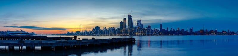 Manhattan horisont från Jersey på skymning, NYC fotografering för bildbyråer