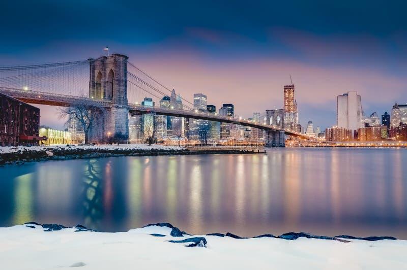 Manhattan horisont från Pebble Beach i Brooklyn, Förenta staterna fotografering för bildbyråer