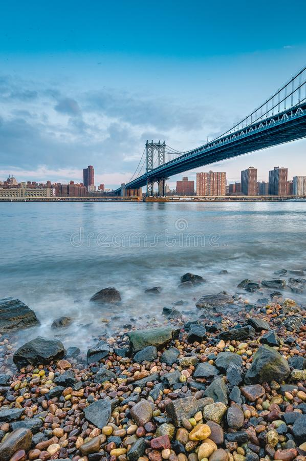 Manhattan horisont från Pebble Beach i Brooklyn, Förenta staterna royaltyfri foto